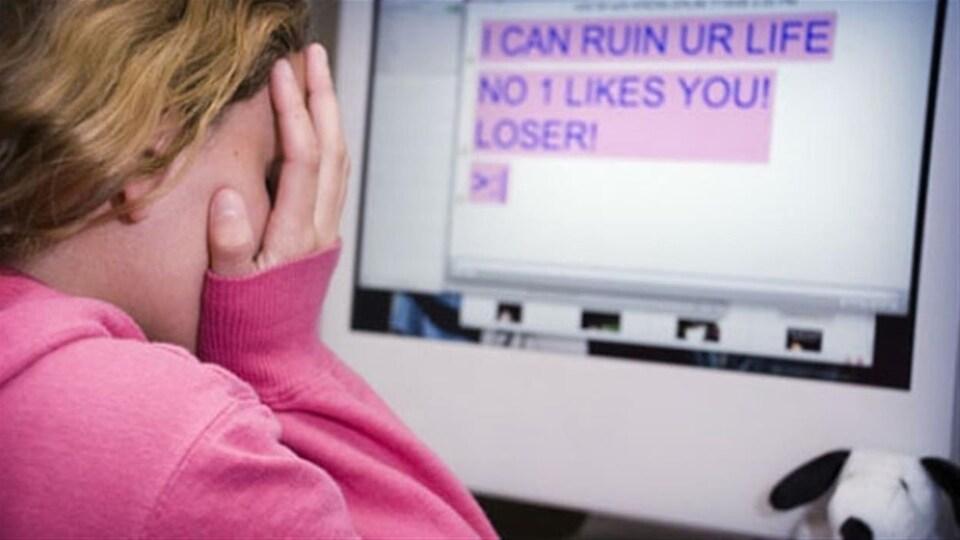Une jeune fille devant un écran.