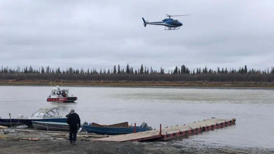 Un hélicoptère et un bateau près d'une rampe d'accès à l'eau