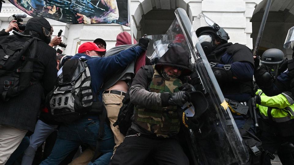 La police antiémeute tente de repousser des manifestants.
