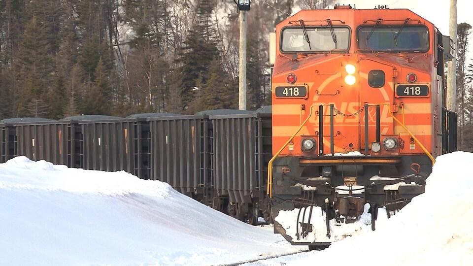 Un train chargé de fer de la minière IOC