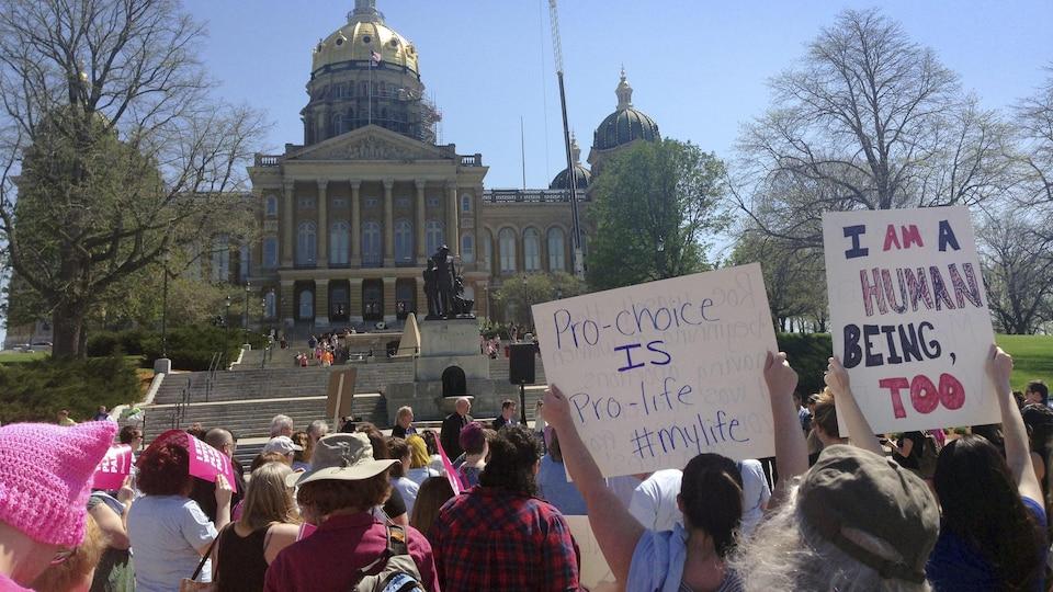 Des protestataires à l'extérieur du Capitole à Des Moines criaient en cœur «Mon corps, mon choix!»