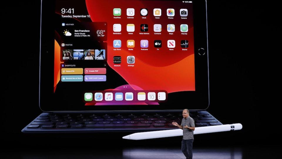 Greg Joswiak présente le nouvel iPad.