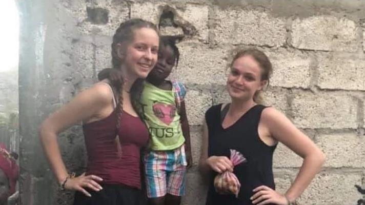 Les deux femmes avec une enfant haïtienne.