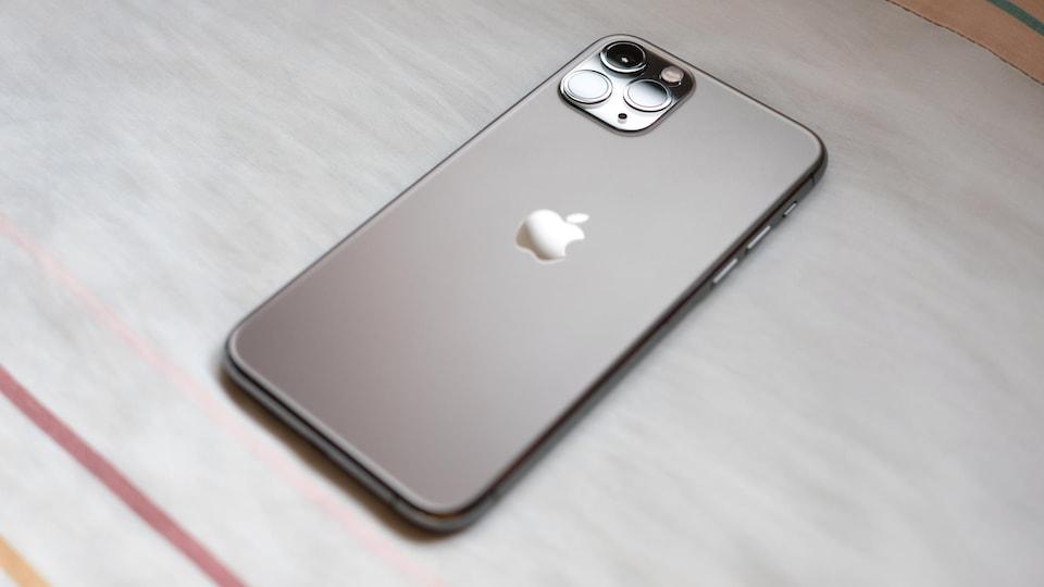 Un iPhone 11 Pro, vu de dos.
