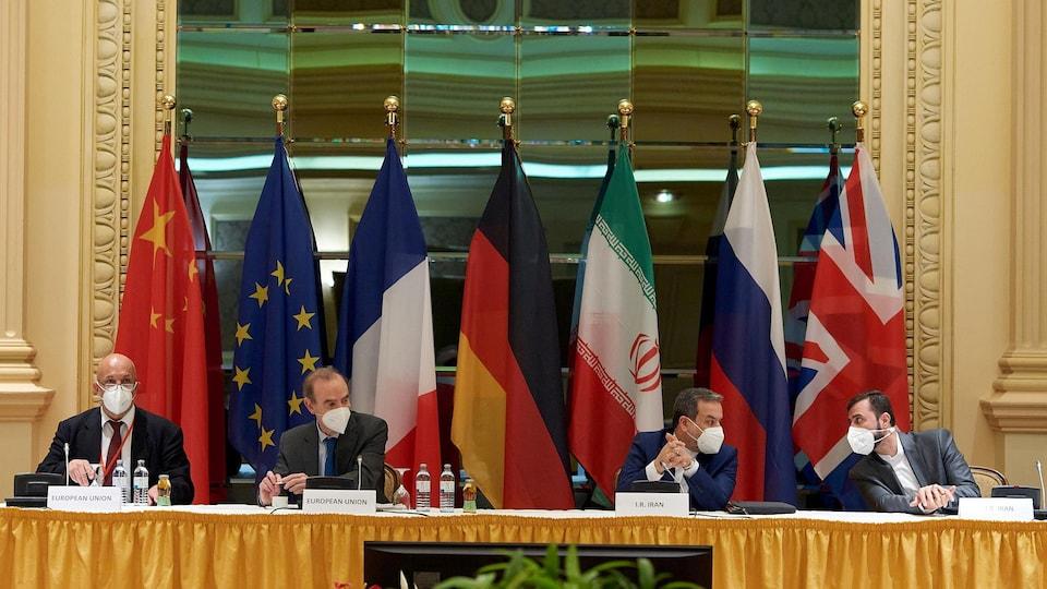Le représentant de l'Union européenne (UE) Enrique Mora, le vice-ministre iranien des Affaires étrangères et chef de la délégation à Vienne, Abbas Araghchi, et l'ambassadeur iranien à l'AIEA, Kazem Gharibabadi.