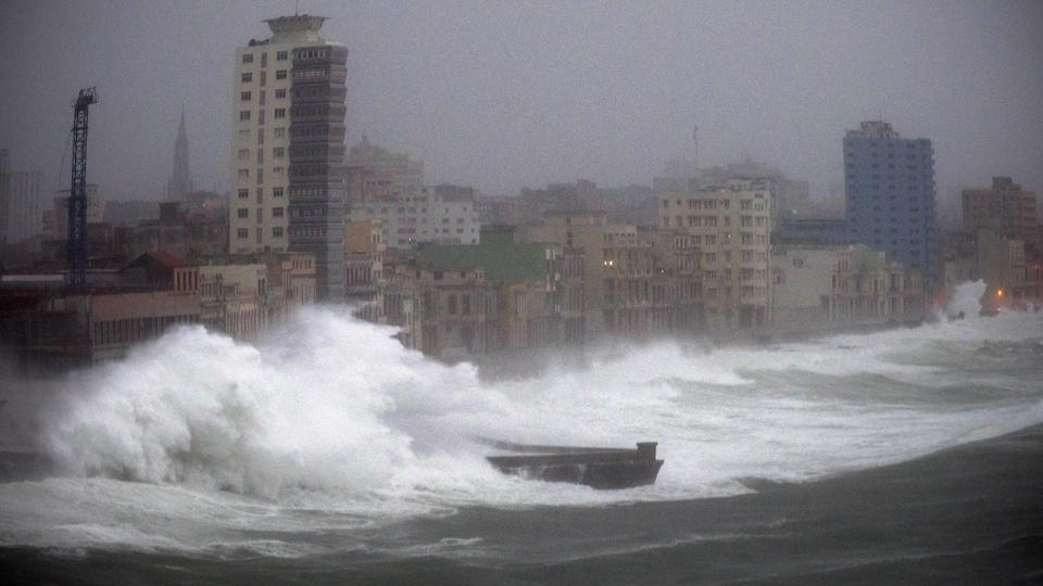 De fortes vagues ont pris d'assaut le Malecon, boulevard de bord de mer de La Havane.