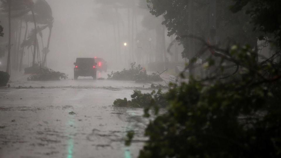 Des branches d'arbres et d'autres débris jonchent les rues dans plusieurs secteurs de la Floride.