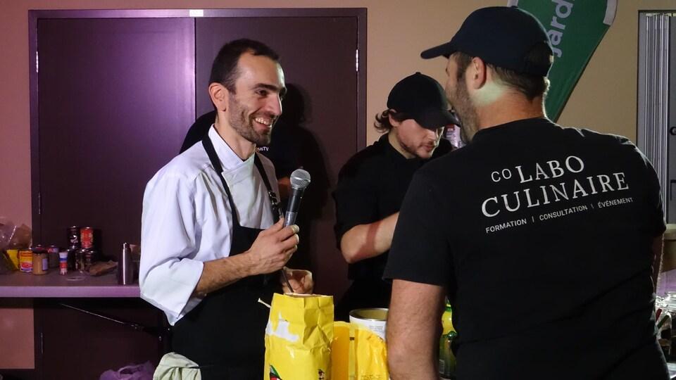 Olivier de Saint-Germain sourit, un micro à la main, durant la soirée Iron Chef.