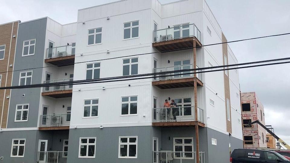 Un immeuble d'habitation de quatre étage.