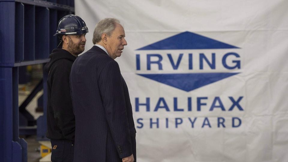 Une image de Jim Irving, le co-chef de la direction du chantier naval Irving d'Halifax, en compagnie d'un travailleur.