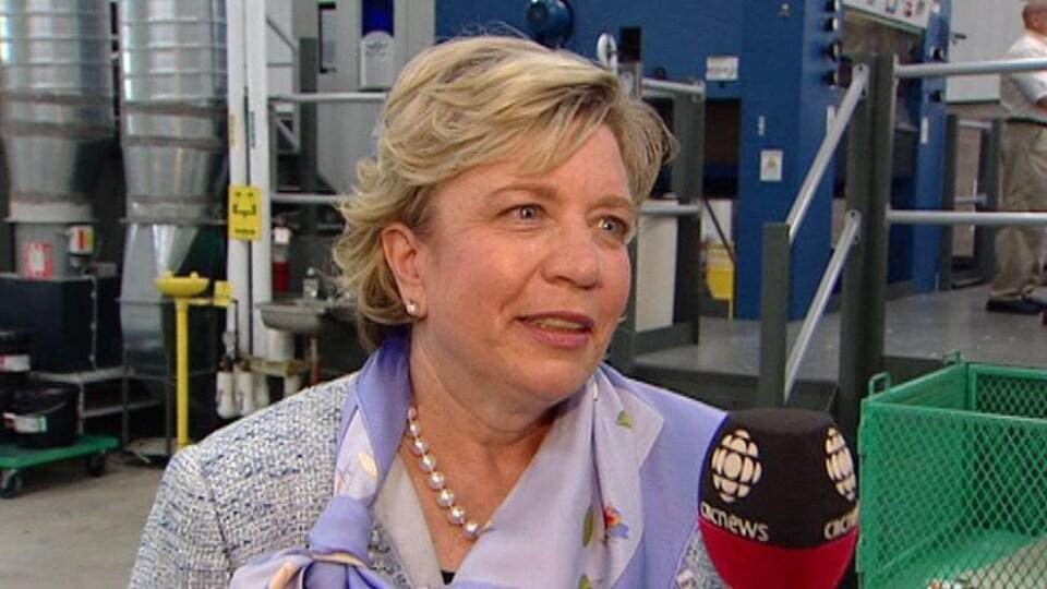 Mary-Jean Irving en entrevue dans une usine