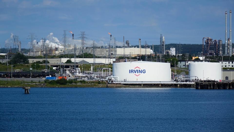 La raffinerie Irving est visible du centre-ville de Saint-Jean, au Nouveau-Brunswick.
