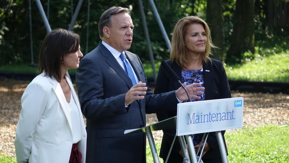 Plan moyen des trois politiciens dans un parc.