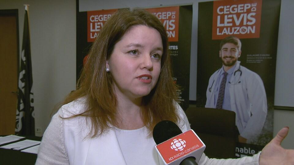 Mme Fortier accorde une entrevue au micro de Radio-Canada lors d'un point de presse en 2017.