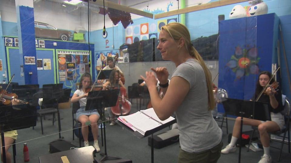 Enseignante de musique avec ses .élèves.