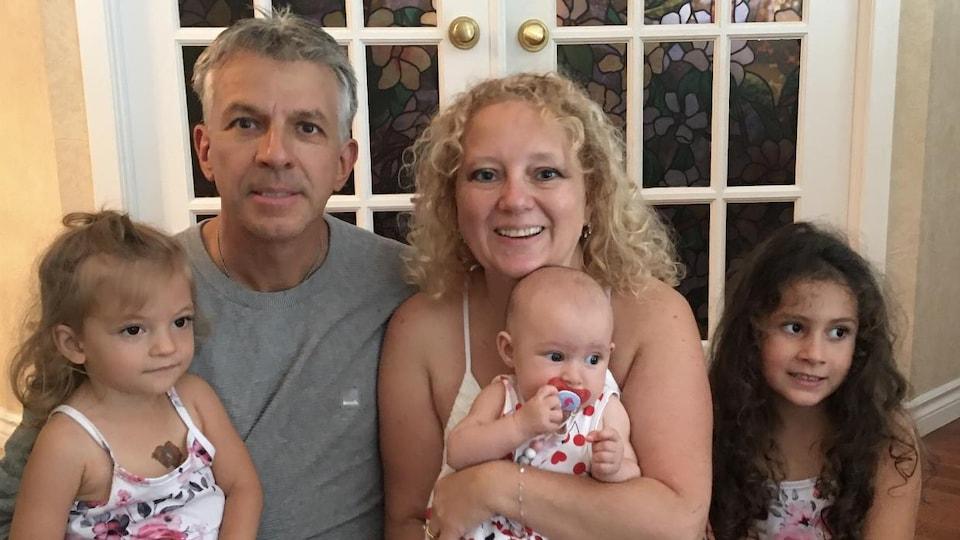 Isabelle Pomerleau est entourée de ses trois petits enfants.