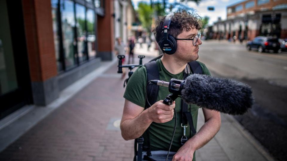Isaël Huard fait une captation de sons de la ville.