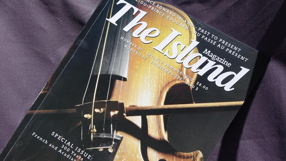 La couverture d'une revue. Un violon illustre la couverture.