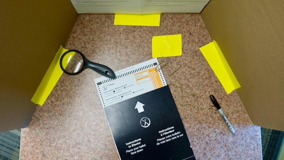 Un bulletin de vote derrière un isoloir