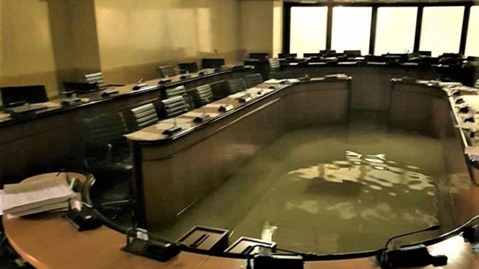Une salle de réunion désertée et inondée.