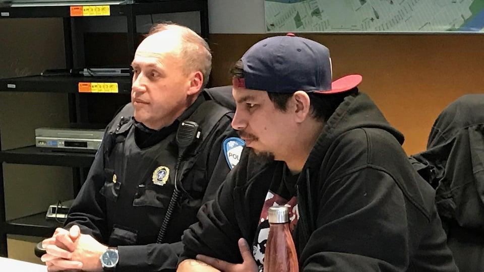 L'agent de liaison autochtone au SPVM, Carlo DeAngelis, et Wayne Robinson, intervenant social à Montréal Autochtone, lors d'une séance de sensibilisation donnée à des policiers de Montréal