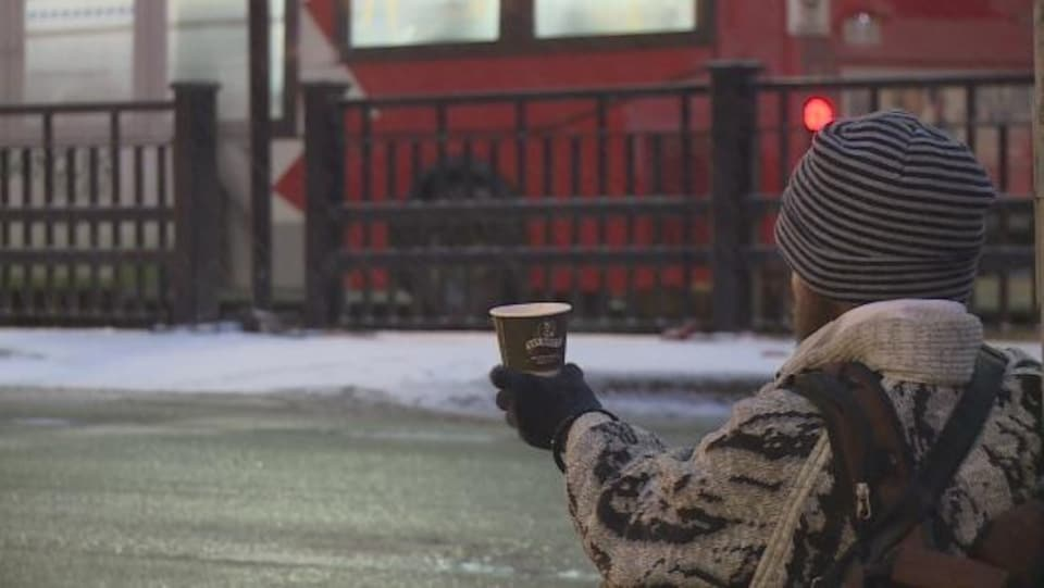 Un sans-abri à l'arrêt d'autobus Mackenzie King, à Ottawa