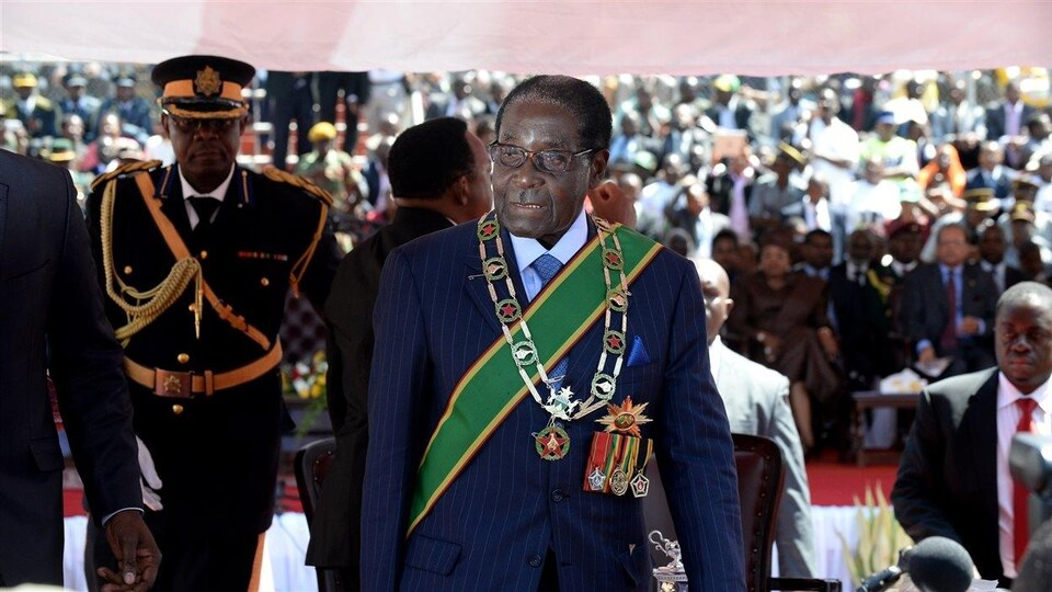 Le président zimbabwéen Robert Mugabe arrive pour la cérémonie d'investiture le 22 août au stade national, à Harare.