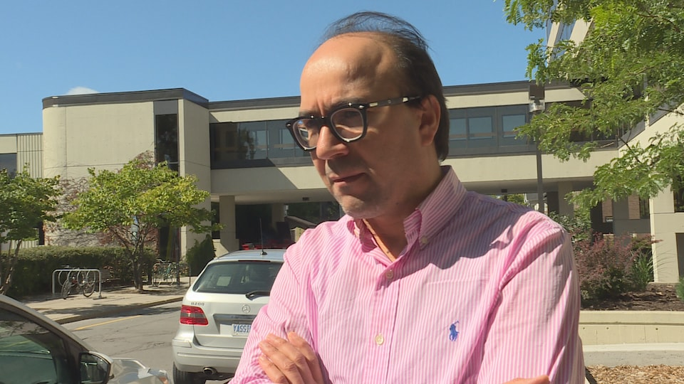 Jabeur Fathally en entrevue à la caméra de Radio-Canada sur le campus de l'Université d'Ottawa.