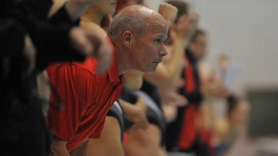 Jack Bauerle est attentif à la performance de ses athlètes.