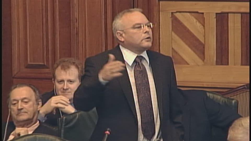 Jack Keir parle aux députés.