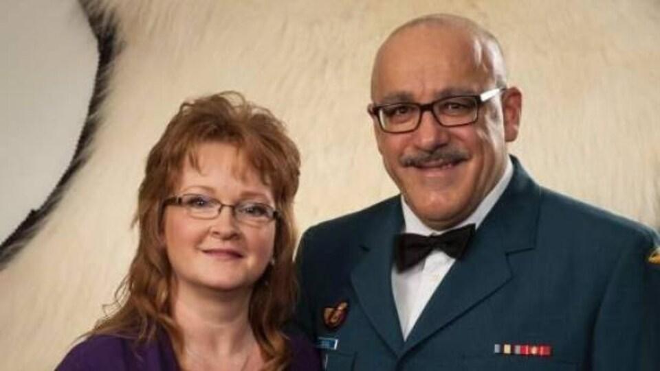 Lorna et Jackie Deveau, ce dernier dans son uniforme de militaire.