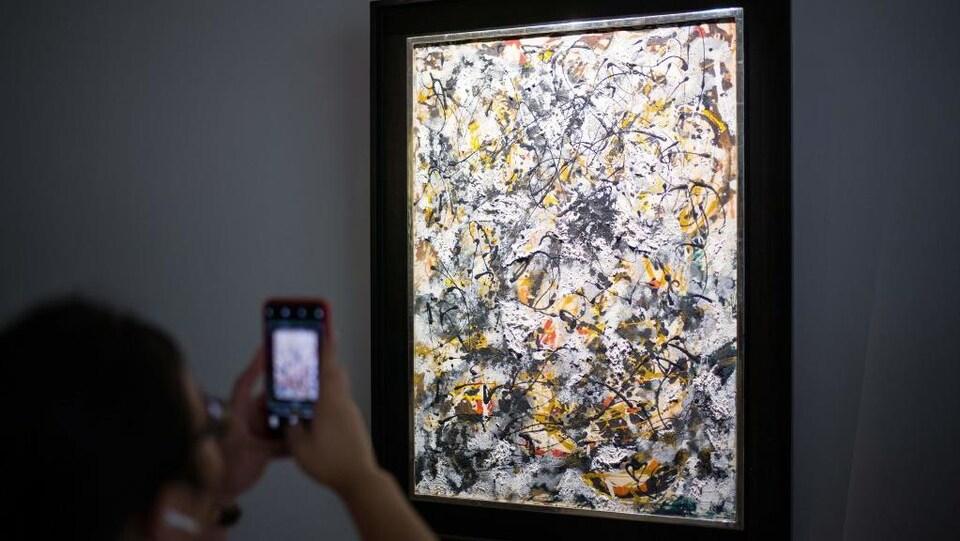 «Composition with Red Strokes» est une œuvre abstraite peinte sur fond blanc.