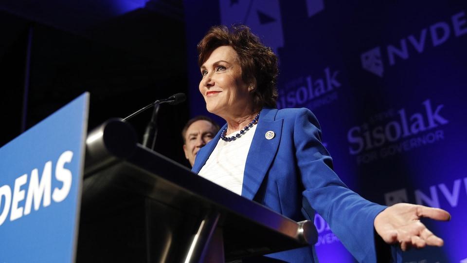 La représentante démocrate Jacky Rosen s'adresse à ses partisans après sa victoire.