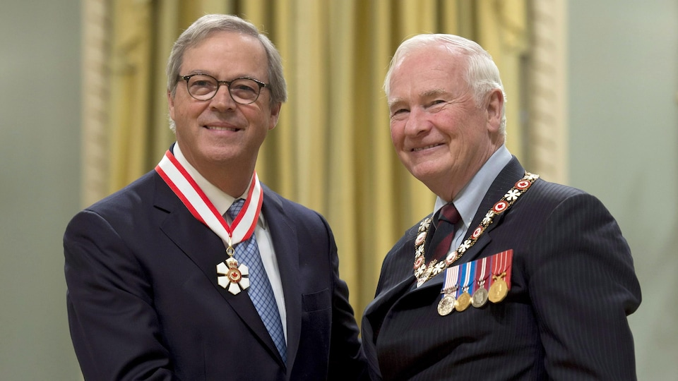 David Johnston serre la main de Jacques Ménard.