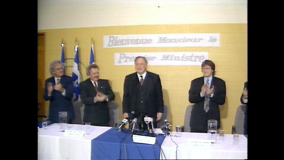 Jacques Parizeau se rend à Port-Daniel pour annoncer une aide d'un million de dollars pour une étude de faisabilité pour la cimenterie.