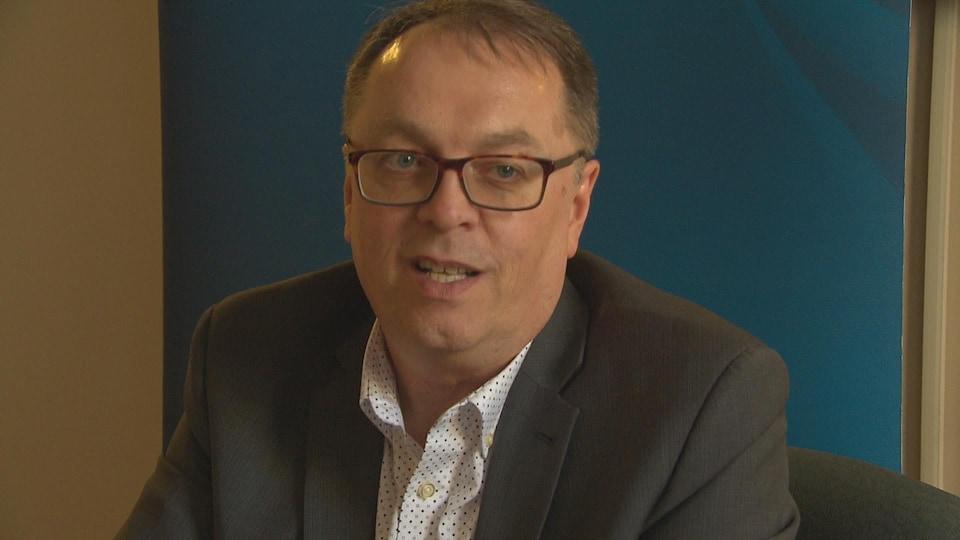 Le recteur de l'Université de Moncton, Jacques Paul Couturier, répondant aux questions des médias sur cette photo d'archives