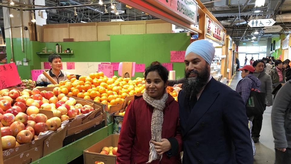 Jagmeet Singh prend la pose avec une électrice de la circonscription de Burnaby-Sud.
