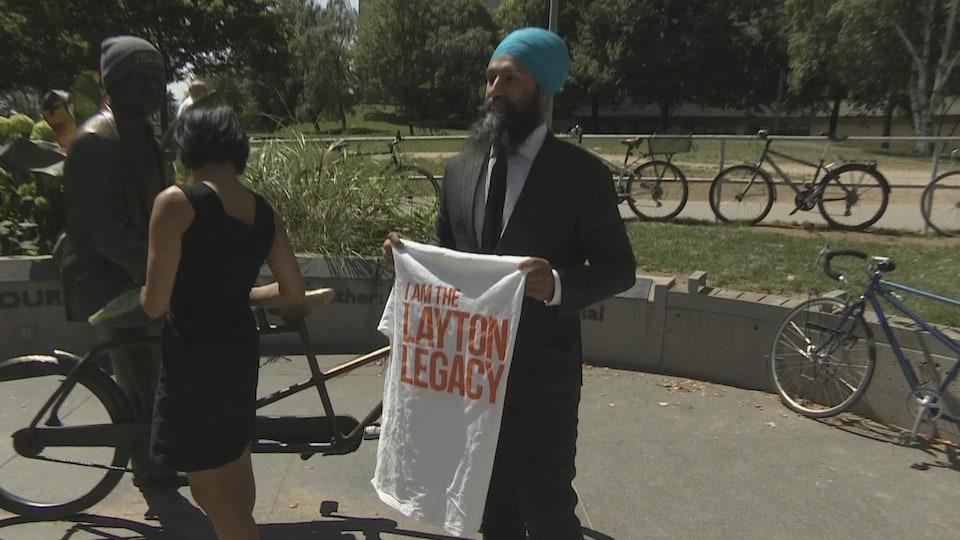 Jagmeet Singh montre un t-shirt où il est écrit «Je poursuis l'héritage de de Layton».