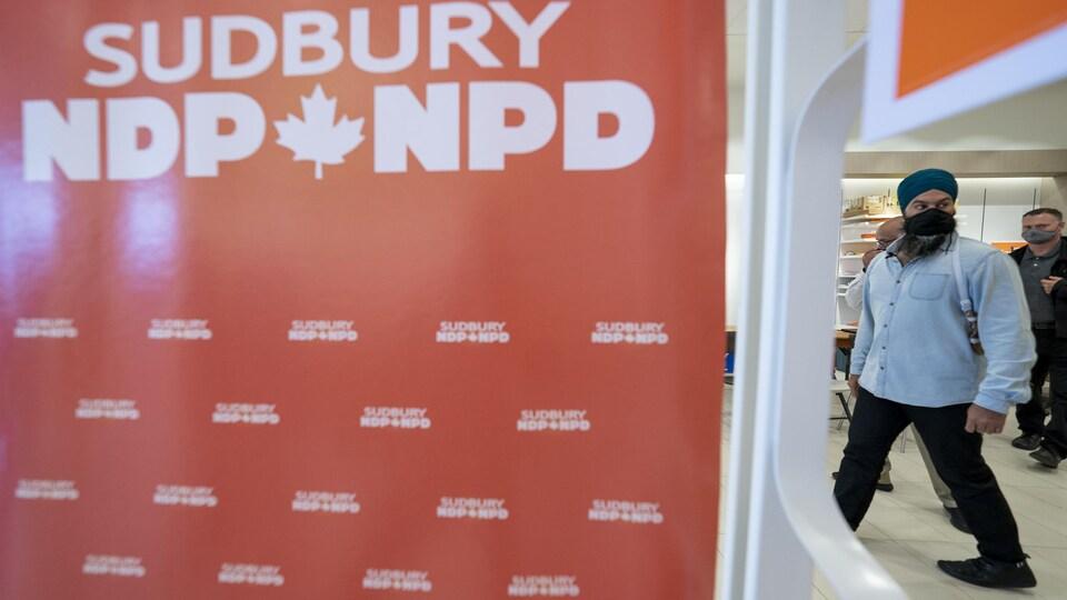 Jagmeet Singh vu à droite d'une pancarte du NPD à Sudbury à l'avant-plan.