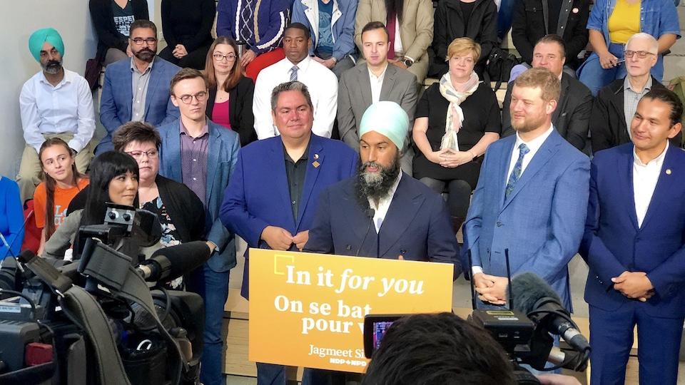 M. Singh est entouré de membres de son équipe.