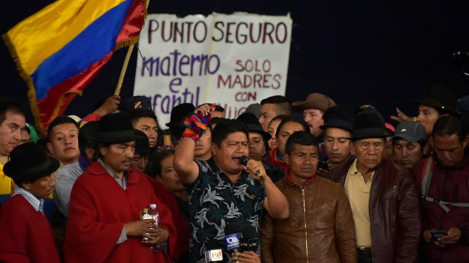 Jaime Vargas, entouré de manifestants, parle dans un micro.