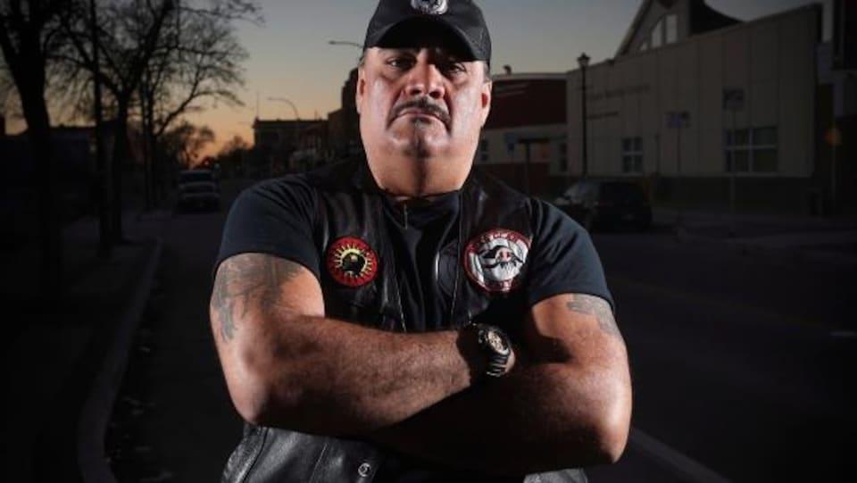 James Favel, est le co-fondateur du Bear Clan.