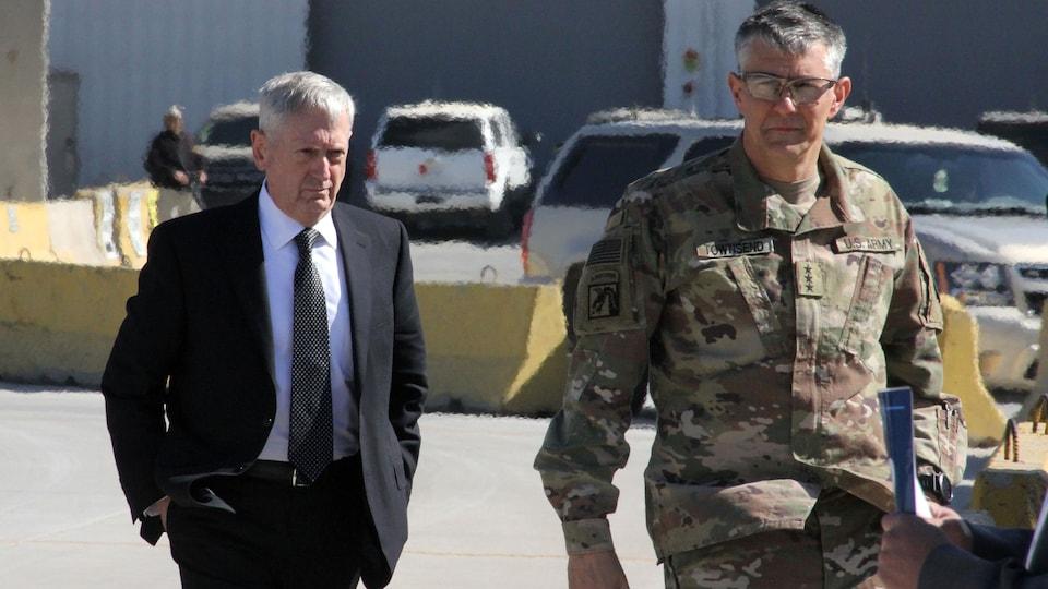 Le secrétaire américain à la Défense, James Mattis, a été accueilli à l'aéroport de Bagdad par le lieutenant-général Stephen Townsend, qui commande les troupes américaines en Irak.