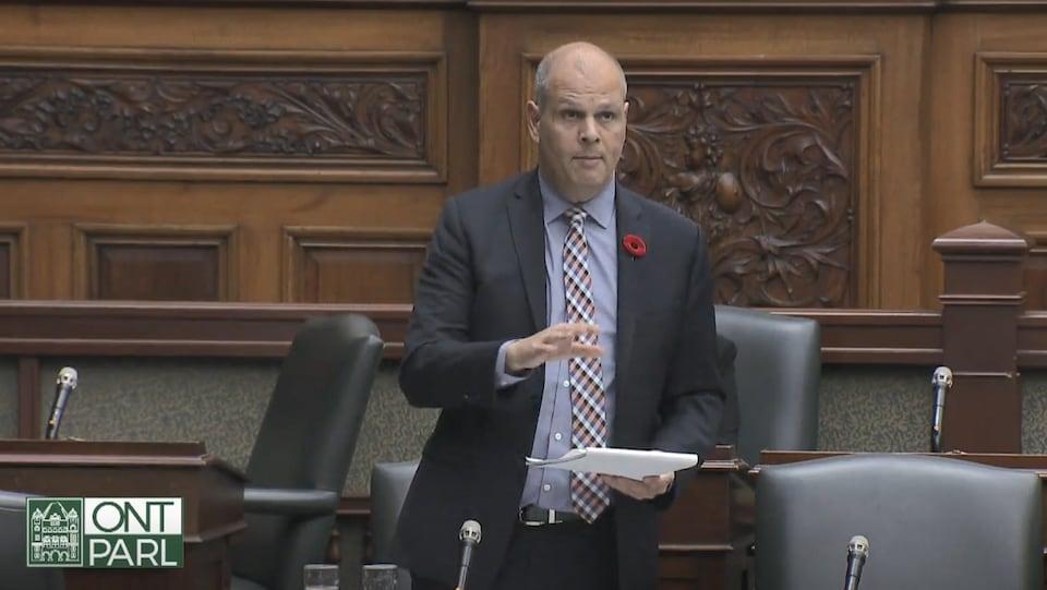 Jamie West fait une déclaration à l'Assemblée législative.