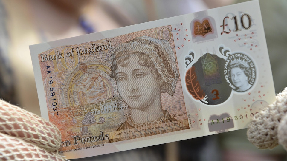 Le nouveau billet de 10 livres sterling avec Jane Austen est présenté par un personnage habillé de vêtements d'époque