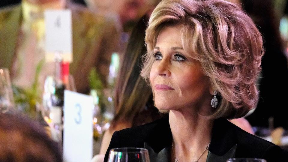 L'actrice Jane Fonda assise à une table lors d'une soirée qui précède traditionnellement les Oscars.