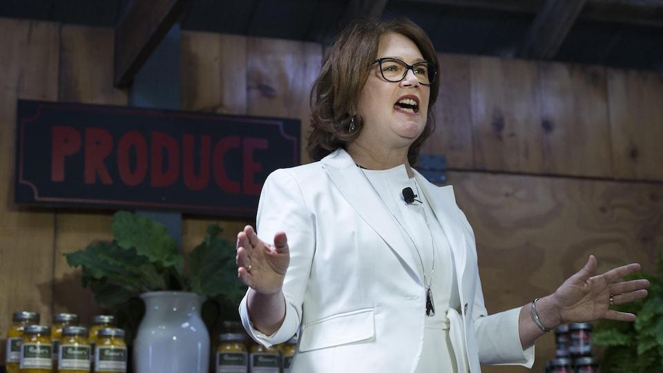 Jane Philpott durant une conférence de presse.