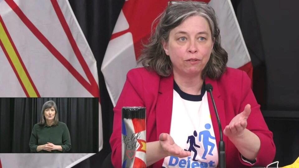 Janice Fitzgerald gesticule en parlant lors d'une conférence de presse.