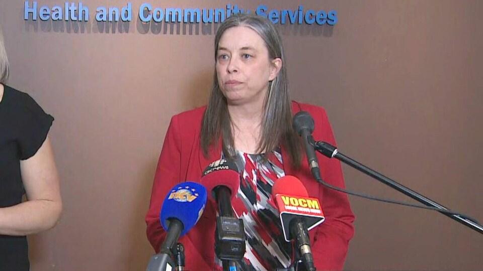 Dre Janice Fitzgerald devant des micros en conférence de presse.