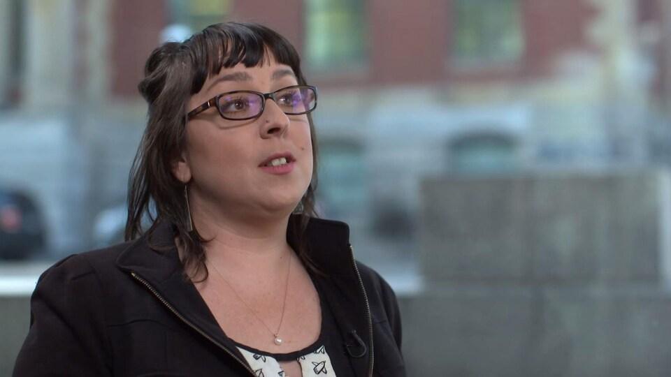 Gros plan sur Janie Brisson, chercheuse au laboratoire des processus de raisonnement au Département de psychologie de l'Université du Québec à Montréal (UQAM).